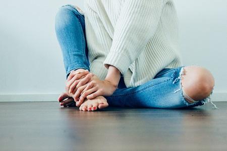 a karok és a lábak kis ízületei fájnak)