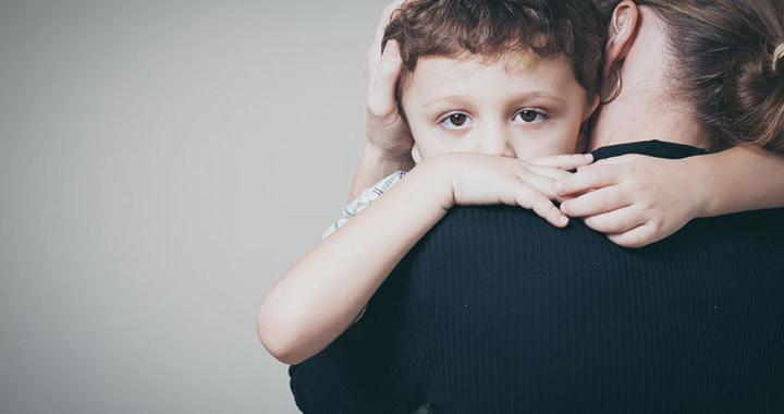 gyermek panaszkodik ízületi fájdalomra