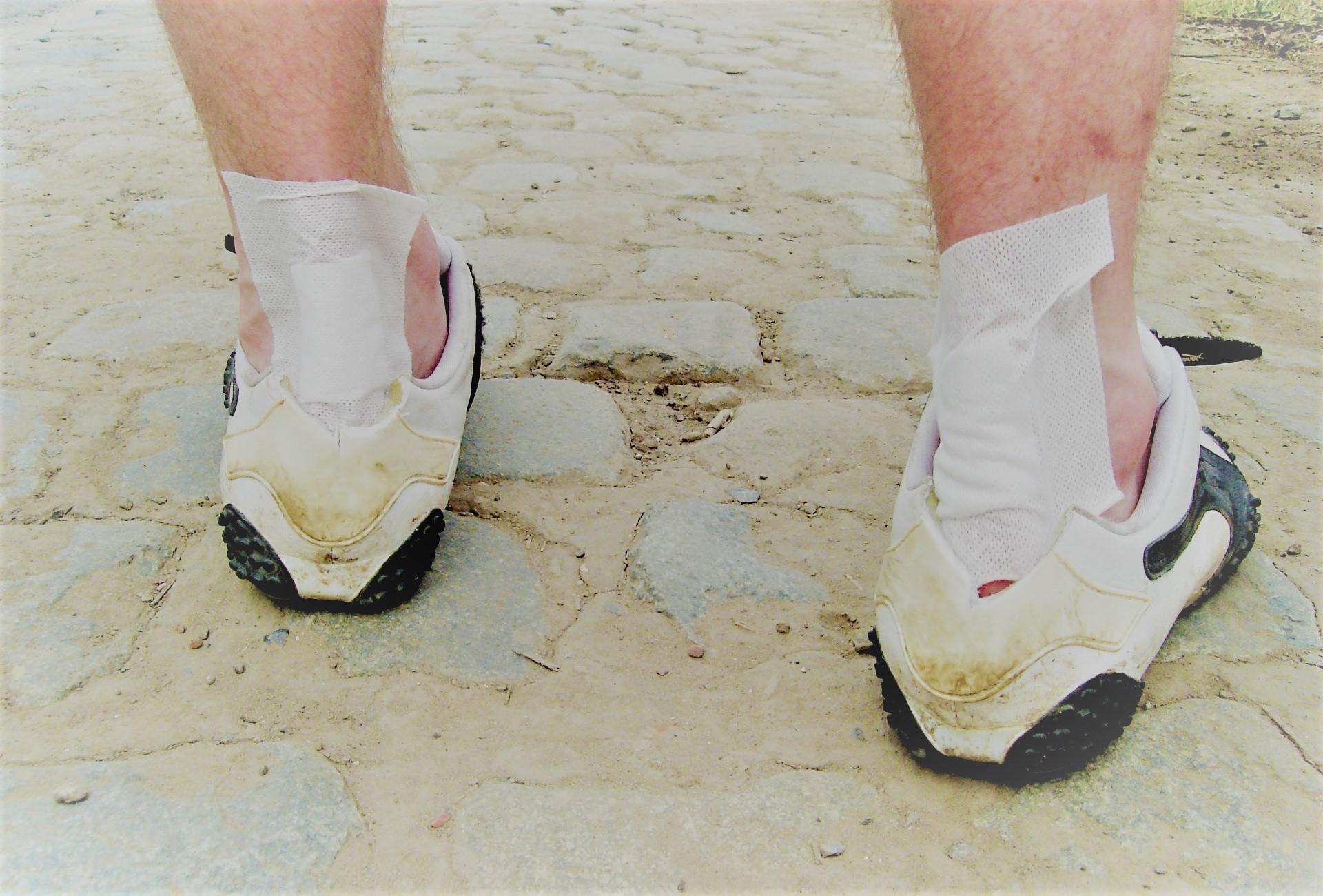 nem tudok lépni a lábamra, fáj az ízület)