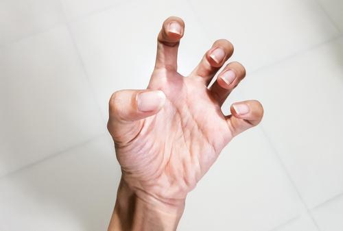 az egyik ujjízület fájdalma egy beteg ízület duzzanata