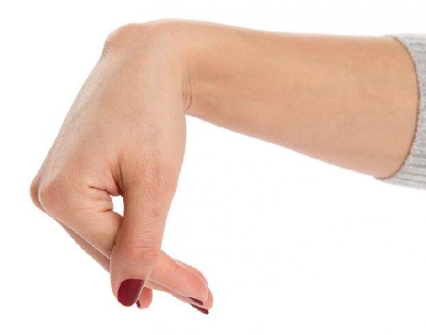 a középső ujj falának ízülete fáj)