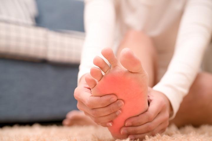 fájdalom a boka ízületében és a láb felső részén)