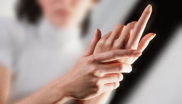 fájdalom a jobb kéz gyűrűujjának ízületében)