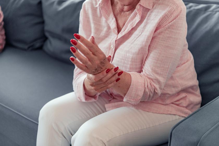 fájdalom a hüvelykujjai ízületeiben izületi folyadék a térdben