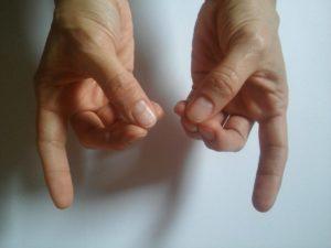 fájdalom a középső ujj ízületével