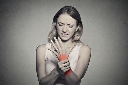 fájó ízületi fájdalmak, különösen az időjárási viszonyok miatt)