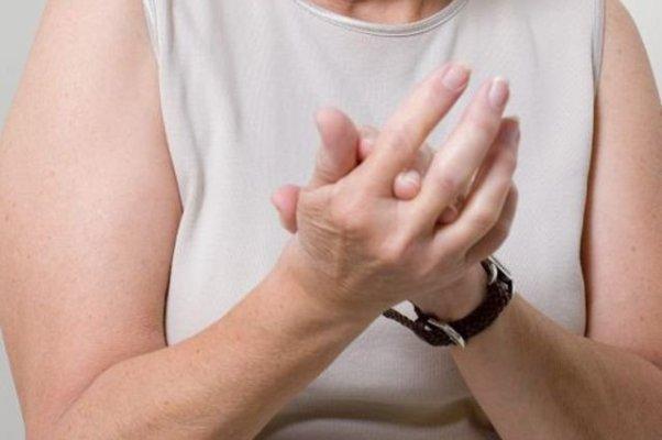 fájdalmas kézkefe-ízületek